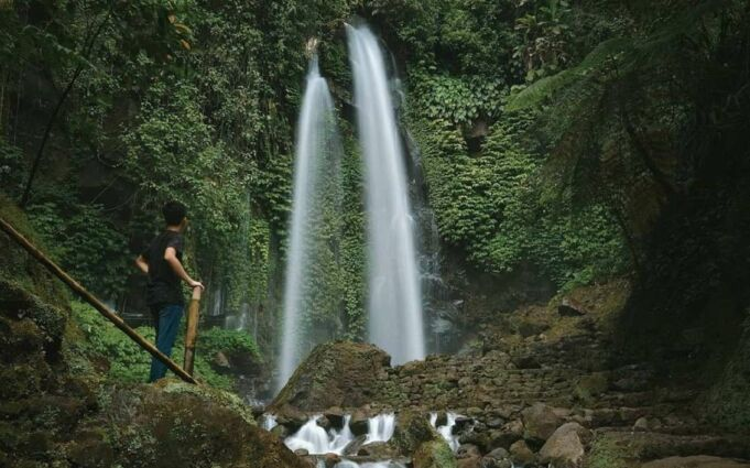 Wisata Air Terjun Jumog Karanganyar memiliki air terjun yang bersisian dengan ketinggian sekitar 30 meter