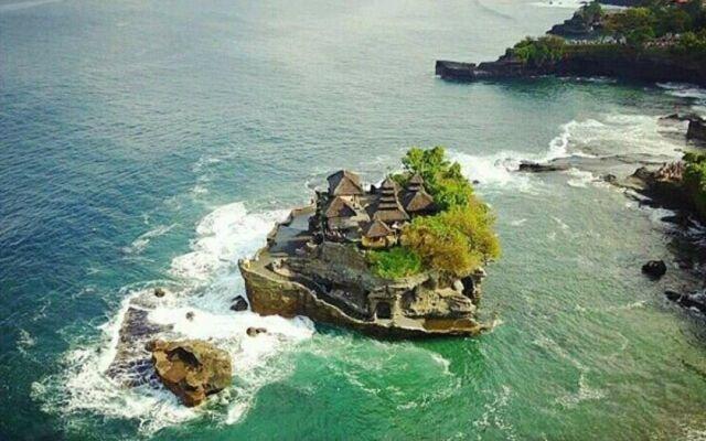 panorama laut dan perbukitan dilihat dari pura tanah lot