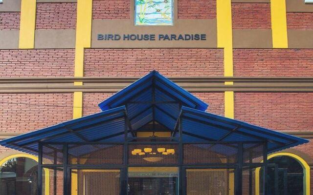 wisatawan bisa berinteraksi dengan berbagai jenis burung di rumah burung