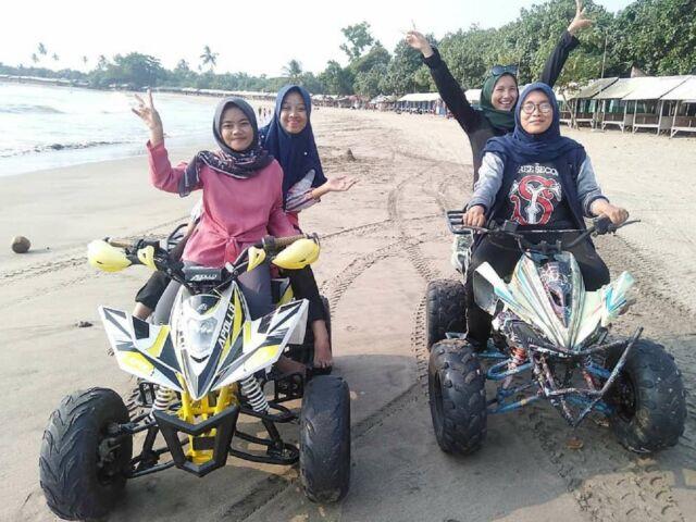 bermain ATV di tepi pantai