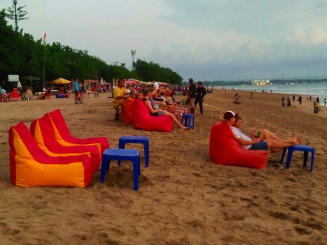Wisatawan yang sedang bersantai di tepi pantai