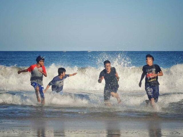 bermain air dan pasir di pantai yang masih bersih