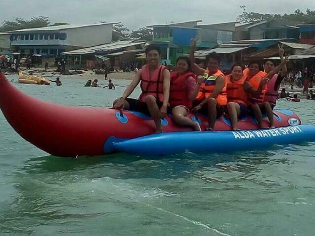 Bagi wisatawan yang ingin mencoba aktivitas di Pantai Santolo Garut yang lebih menantang, dapat mencoba Banana Boat