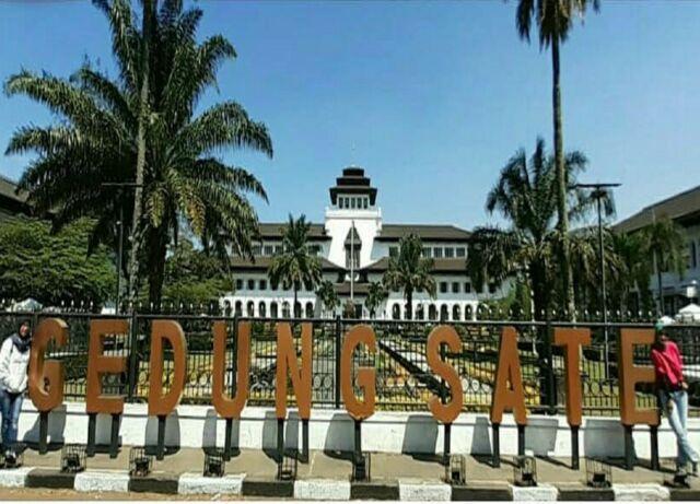 Bagian depan Gedung Sate yang sering dijadikan latar berfoto wisatawan yang datang ke kota Bandung