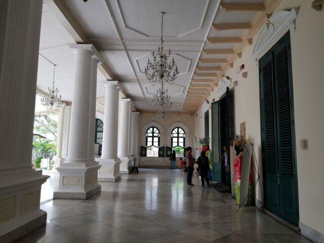 koridor museum tekstil yang tertata rapi