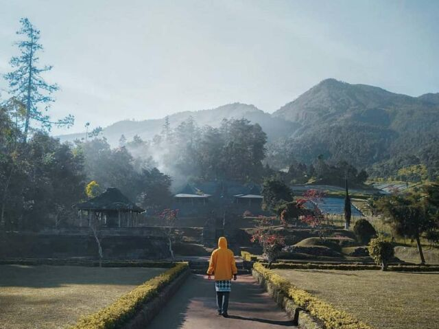 keindahan candi dengan latar gunung lawu