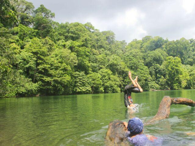 Berenang di danau Kastoba Bawean