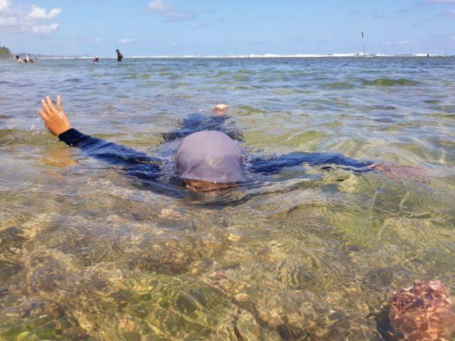 pengunjung sedang berenang di pantai