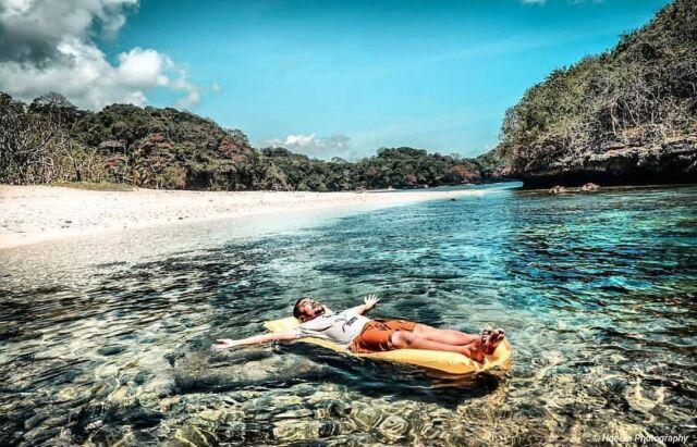 Bermain air di Pantai Bantol