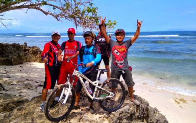bersepeda di pantai plengkung