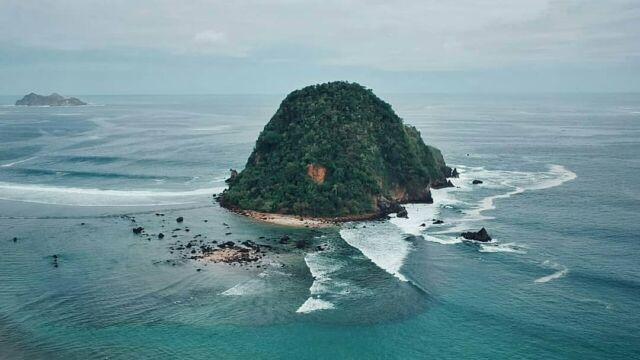 Bukit yang ada di Pantai Pulau merah
