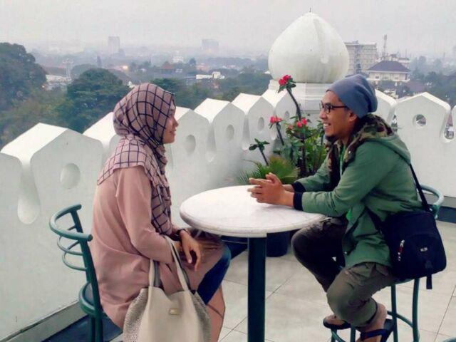 menikmati kopi di teras atas gedung sate