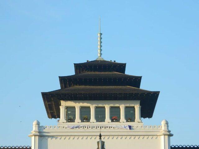 Bentuk 'tusuk sate' pada puncak menara sentralnya