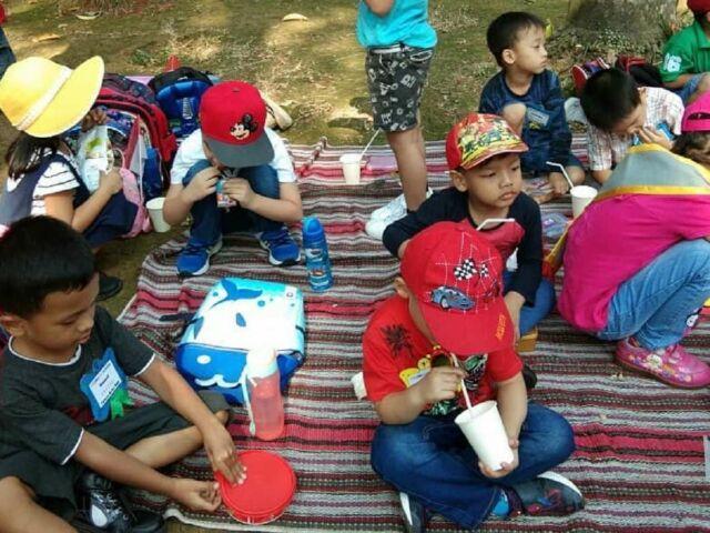 kegiatan piknik di sekitar area taman