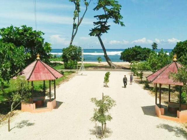pemandangan pantai dari hotel di sekitar pantai balekembang
