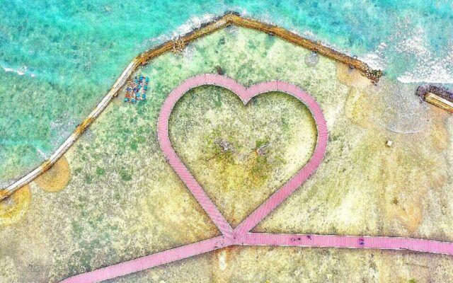 jembatan cinta berbentuk simbol hati