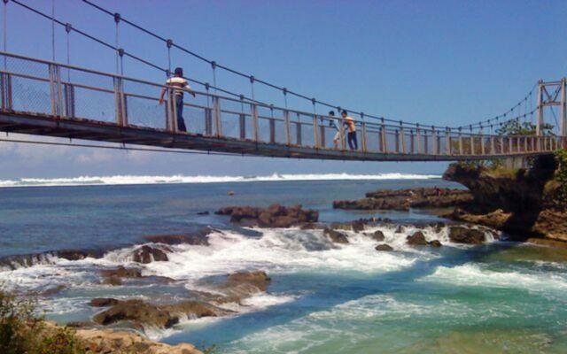 Jembatan gantung di pantai sentolo garut