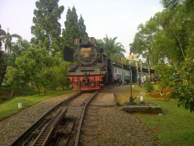koleksi lokomotif di area museum transportasi