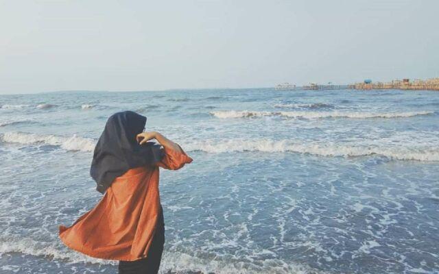 pantai tanjung pasir dengan ombak yang cukup tenang