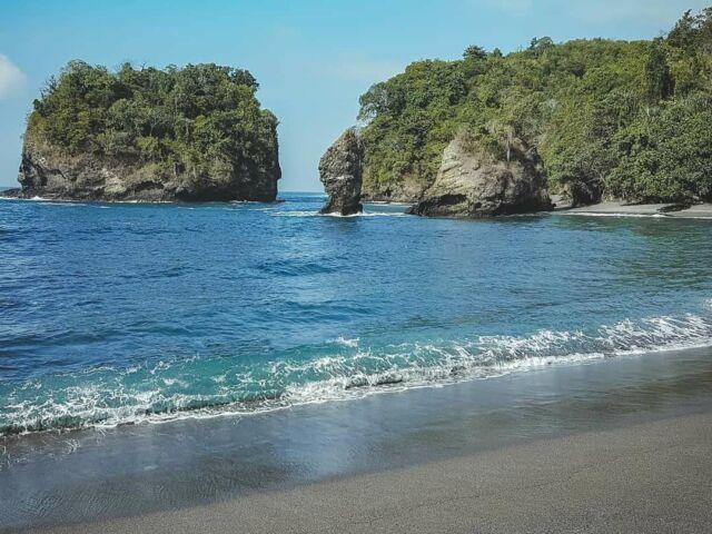 Pasir hitam halus di tepi pantai