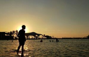spot foto sunset di pantai ancol