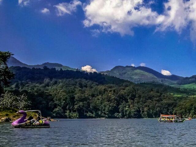 Selain perahu, Sepeda Air menjadi sarana untuk mengarungi wilayah Situ Patenggang Bandung