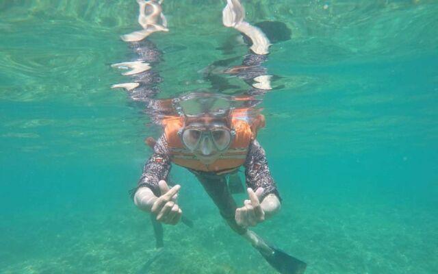snorkeling di pantai sembolo