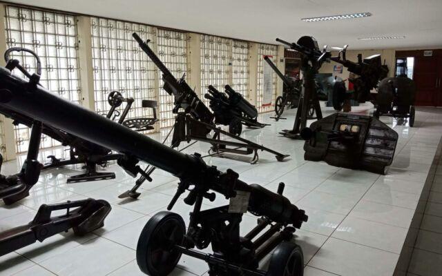 koleksi mortir dan meriam di museum satria mandala