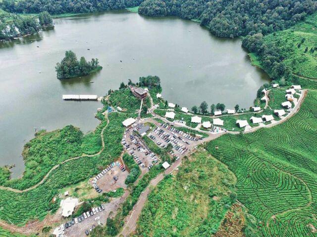 Situ Patenggang, sebuah danau dengan luas 45.000 hektar di Bandung yang dikelilingi perkebunan teh