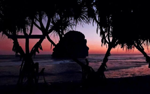 Pemandangan Sunset di Pantai Goa Cina