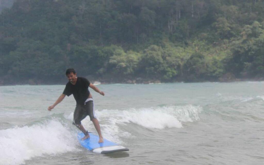 surfing di Pantai Lenggoksono
