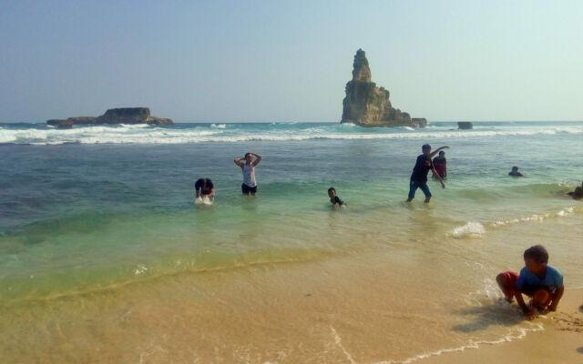 Bermain air di Pantai