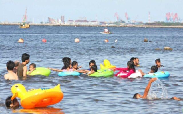 Wisatawan dengan keluarga dan anak-anak senang bisa berenang di perairan Pantai Ancol Jakarta Utara