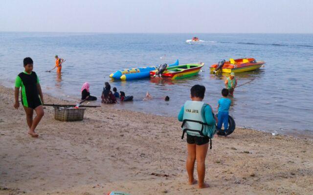 bermain banana boat di pantai tanjung pasir