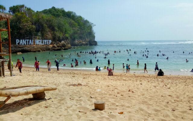 berenang di tepi pantai