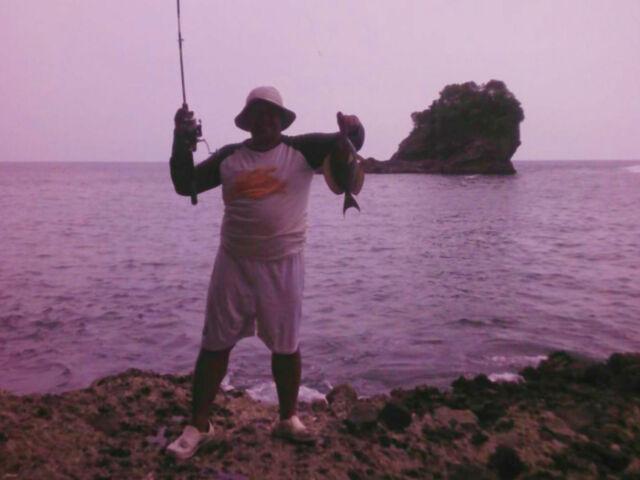 kegiatan memancing di pantai