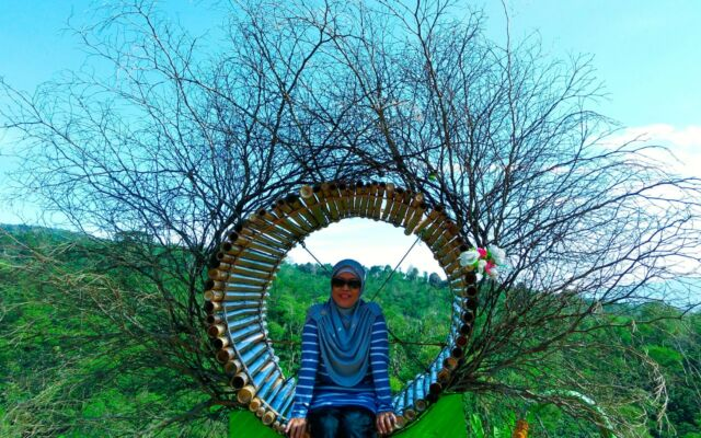 Pengunjung berfoto di Spot Foto Dempo Park