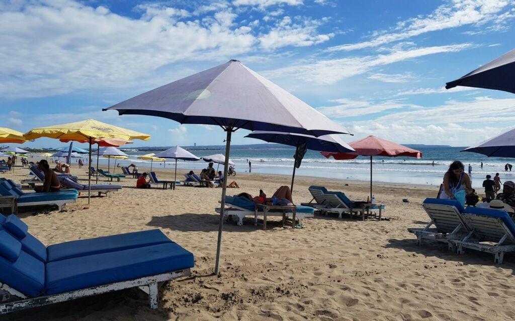 Berjemur di Pantai Double Six