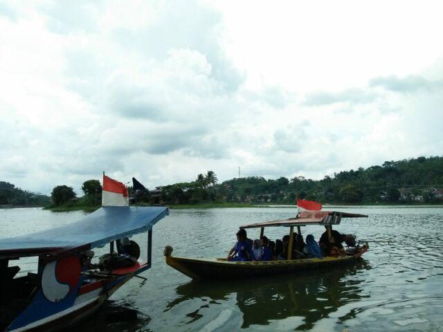 berkeliling danau menggunakan perahu