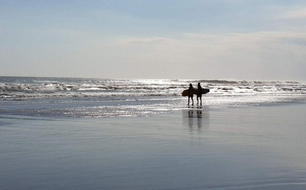 Berselancar di Pantai