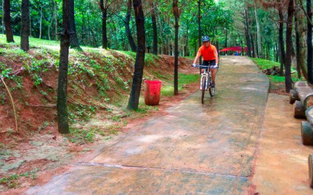 bersepeda di taman kota bsd