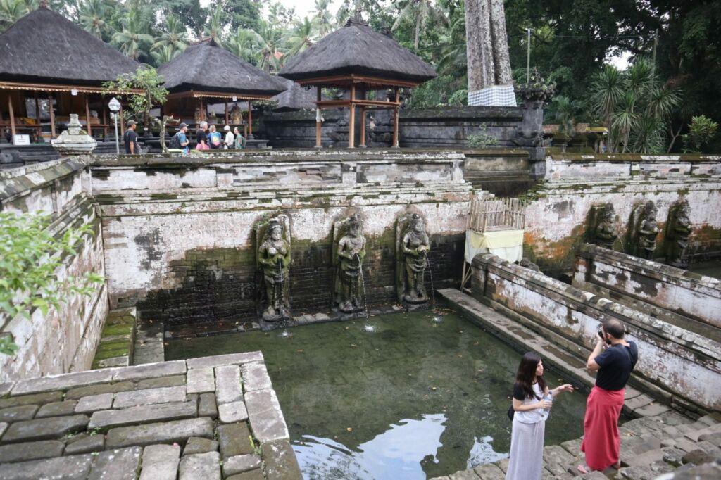 Wisatawan asing memotret keindahan kolam petirtaan