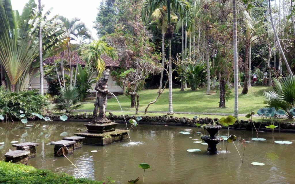 taman dan kolam di museum puri lukisan