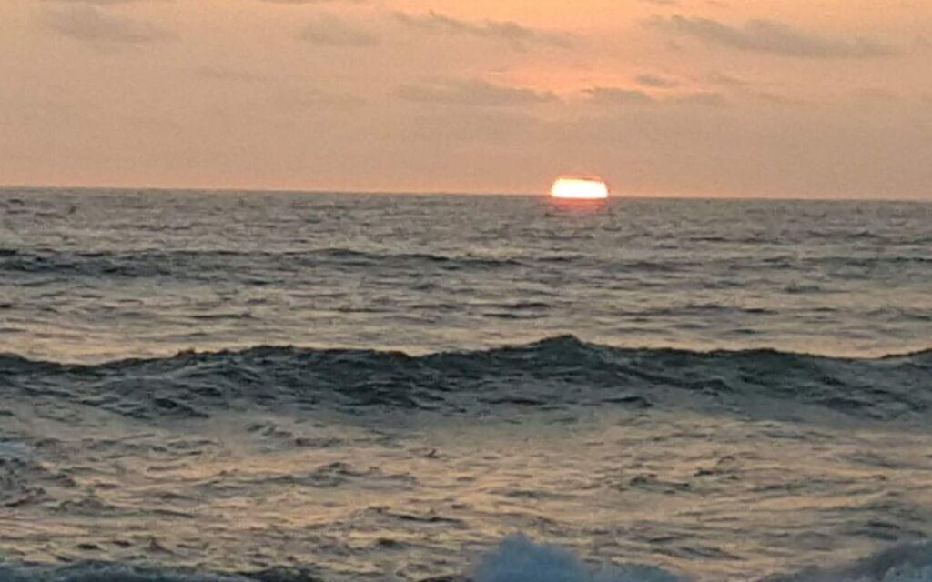 Menyaksikan Eksotisme Matahari Terbenam
