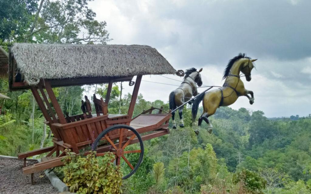 patung kuda ikonik munduk asri