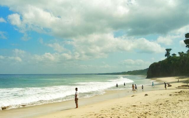 Pasir putih di tepi Pantai Pancur