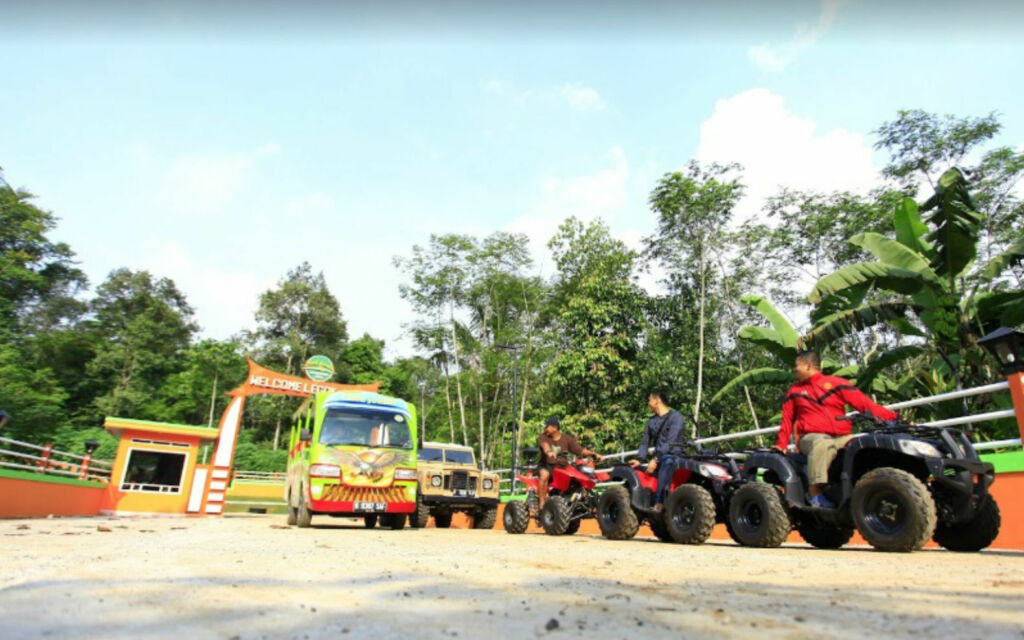 Pengunjung menguji adrenalin dengan mengendarai ATV di Legok Jamboe