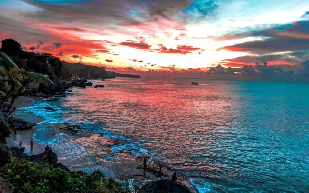 Pesona Indahnya Matahari Terbenam di Pantai Tegal Wangi