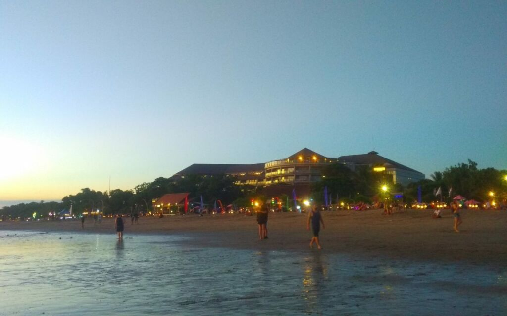 Suasana sore di Pantai Double Six