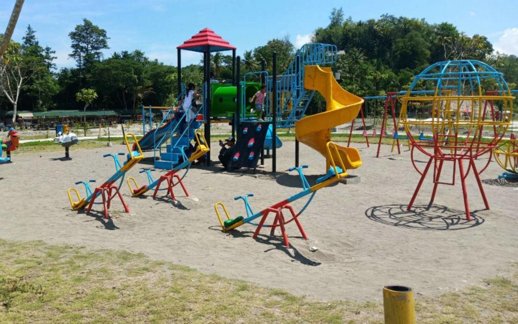 Wahana permainan anak-anak di Taman